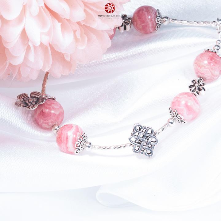 Vòng tay đá đào hoa phối charm bạc thái